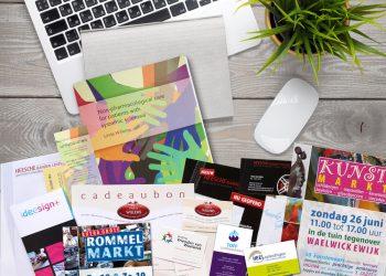 bureau met laptop en drukwerk ideesign+